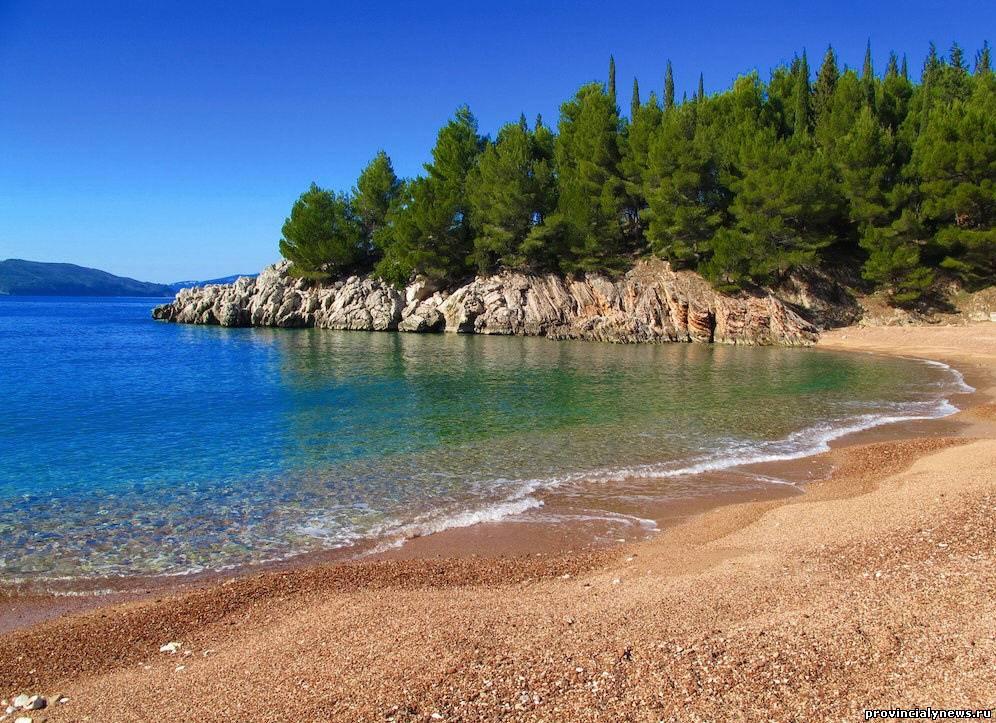 пляж на курорте милочер